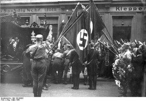 Die feierliche Beisetzung des Nationalsozialisten Wessel in Berlin! Eine Abordnung von Nationalsozialisten mit ihren Fahnen erweist dem Toten vor dem Trauerhause die letzte Ehre.
