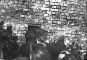 So beerdigt man in Russland verdienstvolle Parteigenossen ! Das Einlassen eines verdienstvollen Parteigenossen in die Kreml-Mauer in Moskau, wie er es wünschte, nach seinem Tode beerdigt zu werden.
