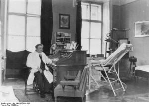 Dr. Eduard Bloch in Arztpraxis
