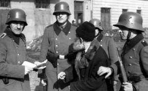 Bundesarchiv_Bild_101I-030-0780-28,_Krakau,_Razzia_von_deutscher_Ordnungspolizei