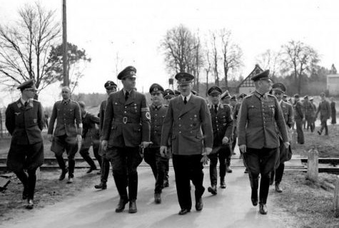 Hitler_with_Speer_and_Keitel_183_1987_0519_501_Speer_Buhle_Hitler_Keitel_bei_Spaziergang__1455015875_61615