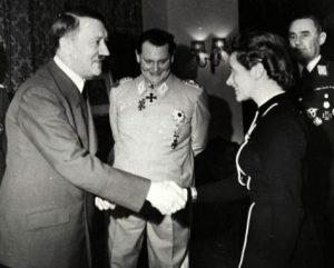 Bundesarchiv_B_145_Bild-F051625-0295,_Verleihung_des_EK_an_Hanna_Reitsch_durch_Hitler